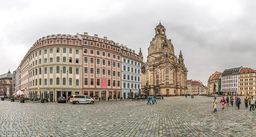 Das QF Hotel (li) neben der Frauenkirche in Dresden