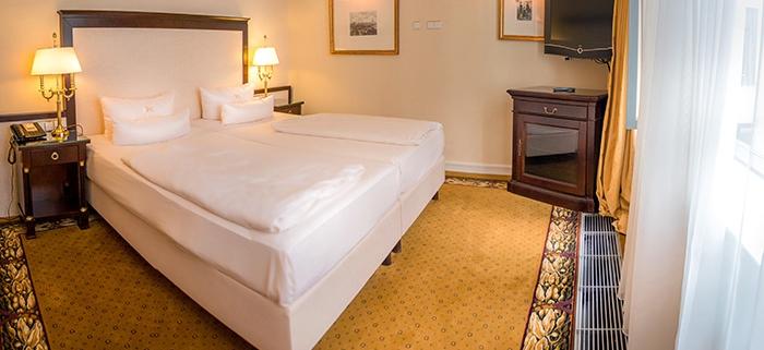 Schlafzimmer meiner Suite im Hotel Suitess