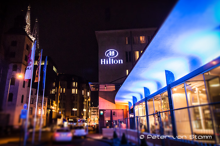 Das Hilton Cologne bei Nacht