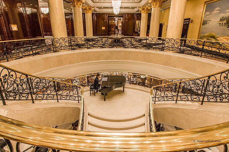 Freitreppe in der Lobby des Ritz Carlton Berlin