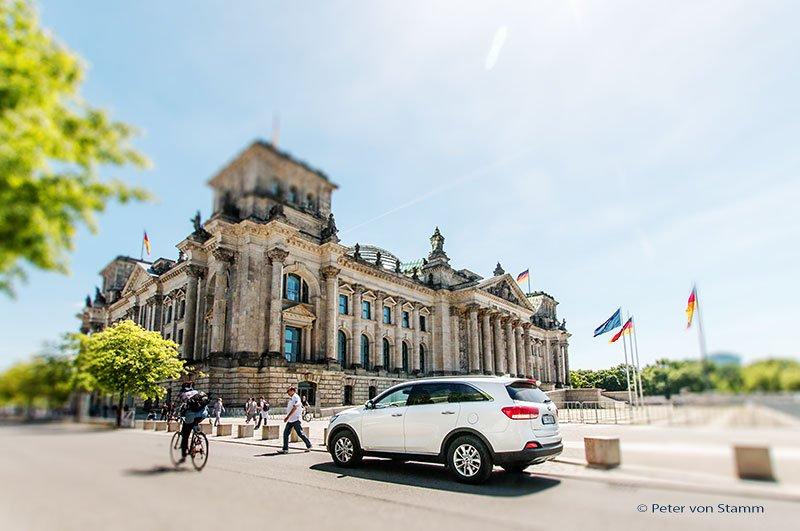 Der Kia Sorento vor dem Reichstagsgebäude in Berlin