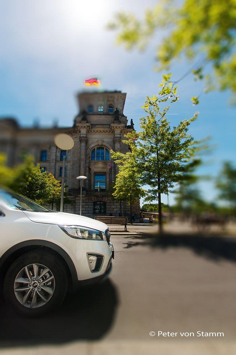 Der Kia Sorento vor dem Bundestag in Berlin