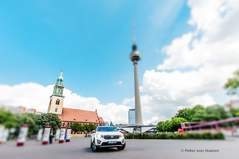Der Kia Sorento am Alexanderplatz