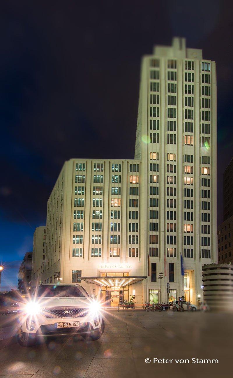 Der Kia Sorentor vor dem Ritz-Carlton