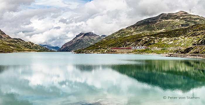 Der Bernina Express am Berninapass