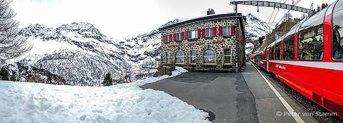 Bernina Express am Bahnhof Alp Grüm