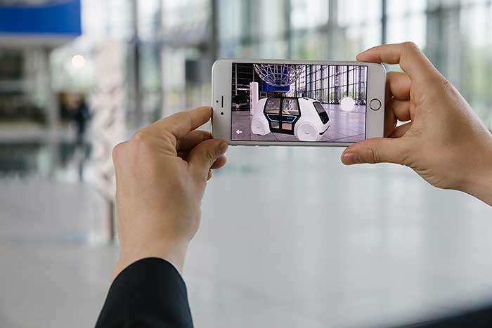 Der VW Sedric wird mit einer AR-App auf dem Smartphone sichtbar