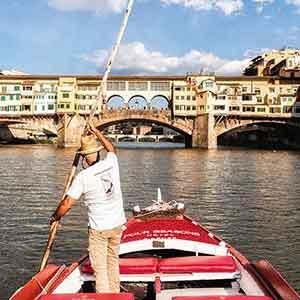 Das Four Seasons Hotel in Florenz bietet Fahrten auf historischem Renaioli-Boot