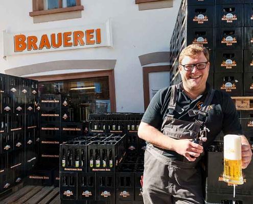 """Brauerei Sebastian """"Basti"""" Degen vor der Brauerei Monstein"""