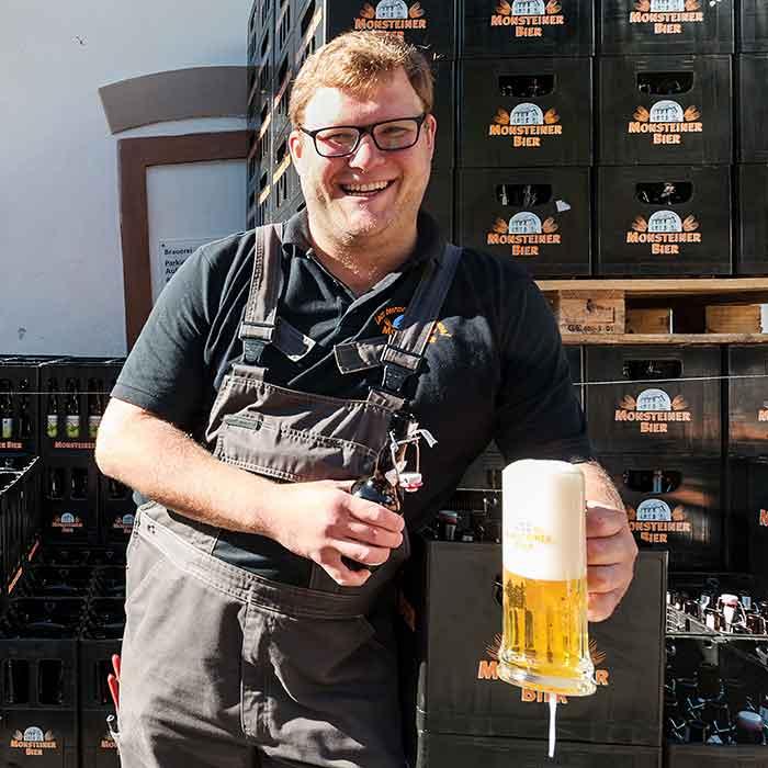 Basti Degen vor der Brauerei Monstein