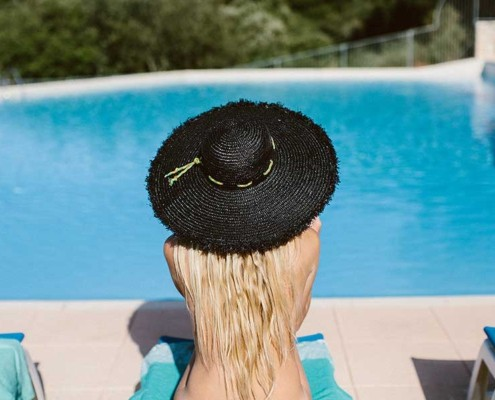 Nackt am Pool im Urlaub