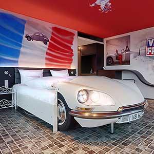 Urlaub im Kopf: Das V8 Hotel mit automobilen Themenzimmern